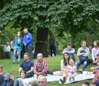 """Na """"Muzyczne śniadanie na trawie"""" w skierniewickim parku przybyło wielu miłośników muzyki [ZDJĘCIA]"""