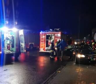 Auto osobowe uderzyło w budynek mieszkalny w Kębłowie