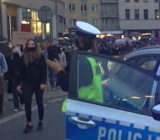 Protest maszeruje przez miasto. Policjantka z Dolnego Śląska staje i bije brawo