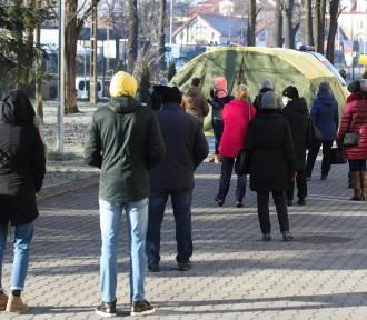 Kraków. Nauczyciele stoją w długich kolejkach do testów. Potrwają do piątku