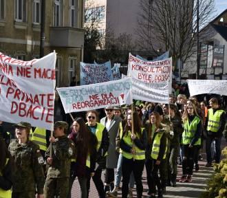 """Nowy Tomyśl: Protest w obronie """"Kopernika""""! Walczą szkołę! FOTO"""