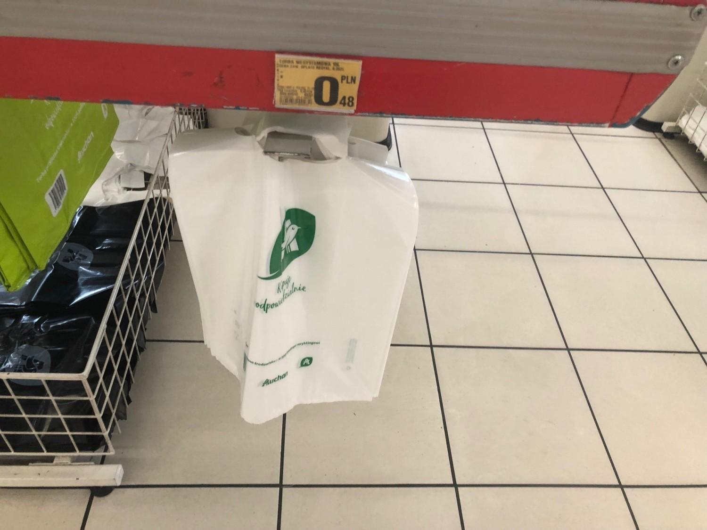 W Auchan zapłacimy najtaniej - bo 48 gorszy za małą reklamówkę