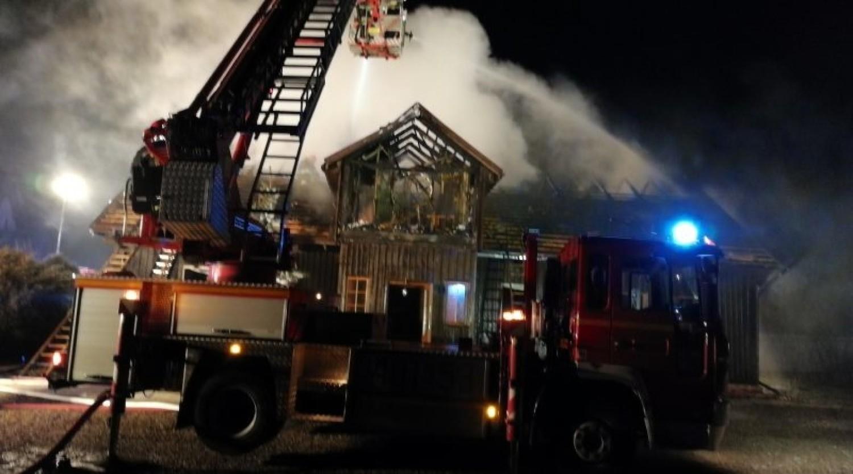 Duży pożar budynku agroturystycznego w Ispinie