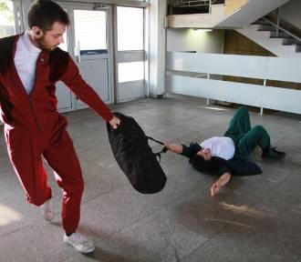 Spektakl teatralny na dworcu w Koninie