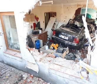 Samochód przebił się przez ścianę kamienicy i zatrzymał w...pokoju! ZDJĘCIA