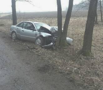 Różanna, gm. Bukowiec: samochód uderzył w drzewo. Kierująca zabrana do szpitala