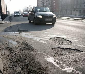 Zima podziurawiła drogi. Łodzianin przebił oponę na dziurawej jezdni, odszkodowania nie otrzymał