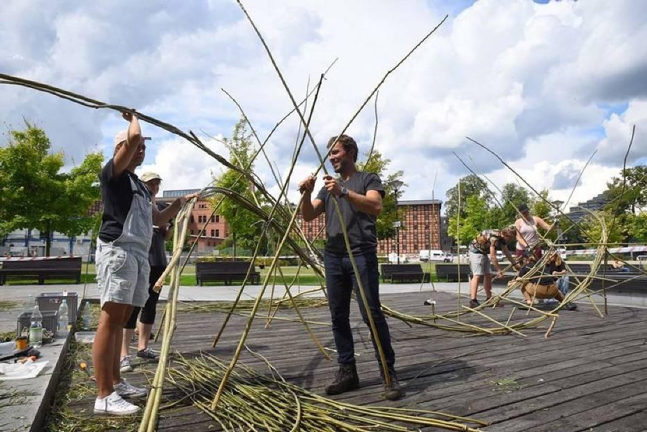 Na Wyspie Młyńskiej studenci Uniwersytetu Technologiczno-Przyrodniczego tworzą monumentalną formę z wikliny, która ma stanowić pomnik wydarzeń sprzed 100 lat