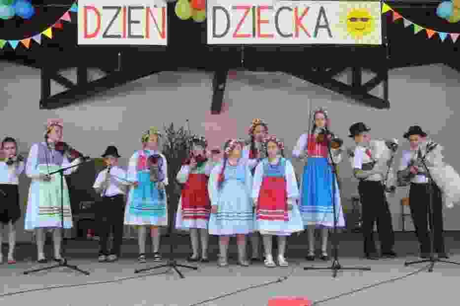 Na scenie amfiteatru uczniowie poszczególnych klas pod opieką swoich wychowawców zaprezentowali wiersze, zaśpiewali piosenki oraz tańce