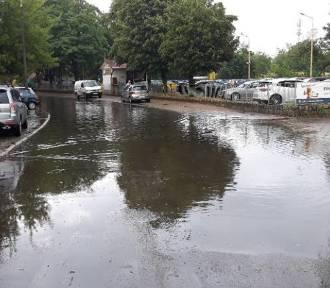 Ulewa w Szczecinie i regionie. Strażacy w akcji, zalane ulice, opóźnienia autobusów