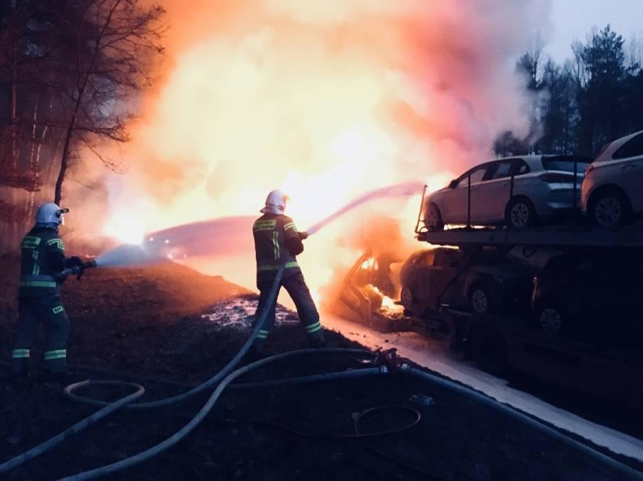Cztery samochody przewożone na lawecie doszczętnie spłonęły na DK1