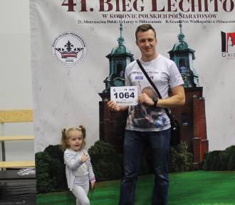 Już jutro wystartuje 41. Bieg Lechitów. W sobotni wieczór zawodnicy odbierali pakiety startowe.