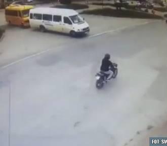 Wypadek w Skarżysku. Motocyklista potrącił kobietę na pasach [WIDEO]