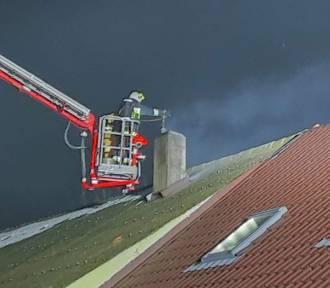 Strażacy gasili pożar sadzy i pomagali w dotarciu do punktu szczepień