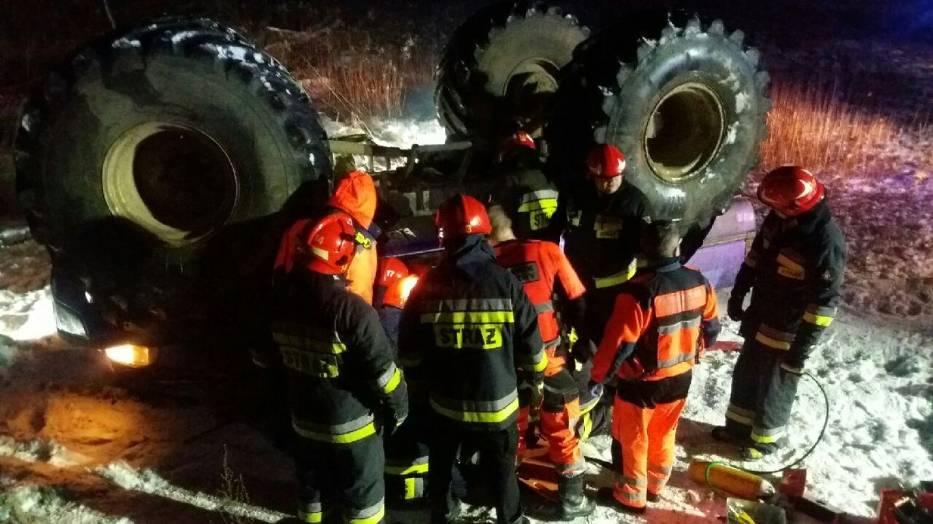 Dachowanie Monster trucka w Warszawie. Straż ratowała zakleszczone osoby