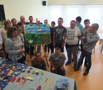 Niepełnosprawna młodzież stworzyła obraz razem ze słuchaczami łowickiego uniwersytetu seniorów