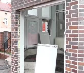 Wyrwali bankomat ze ściany, uciekali kradzionym traktorem, a teraz staną przed sądem
