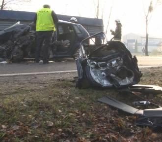Fatalne skutki wypadku drogowego w Sztumie - rozbity samochód robi wstrząsające wrażenie [ZDJĘCIA]