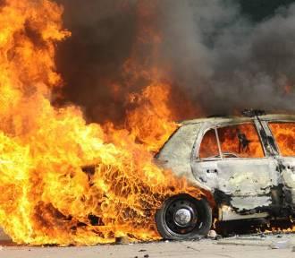 W Białyninie spłonął samochód. 26-letniej kierującej nic się nie stało
