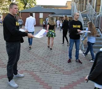 Stargardzcy kibice Pogoni Szczecin rozdawali uczniom ładne plany lekcji