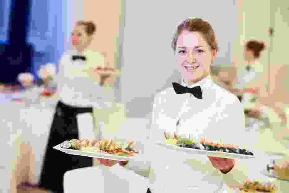 Hotele, restauracje, bary, wciąż szukają chętnych do pracy