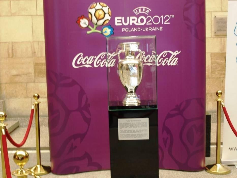 Nazwa pucharu pochodzi od imienia pierwszego sekretarza generalnego UEFA i pomysłodawcy turnieju