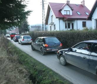 Koszmar w Kąclowej. Wiejską ścieżką jedzie nieprzewany sznur aut [ZDJĘCIA, WIDEO]