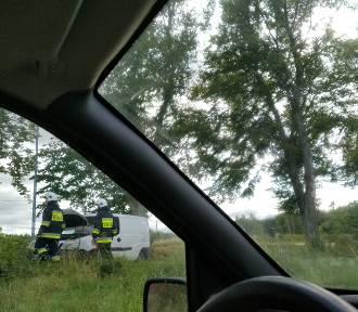 Wypadek w Darzlubiu: auto uderzyło w drzewo. Ul. Pucka jest zamknięta