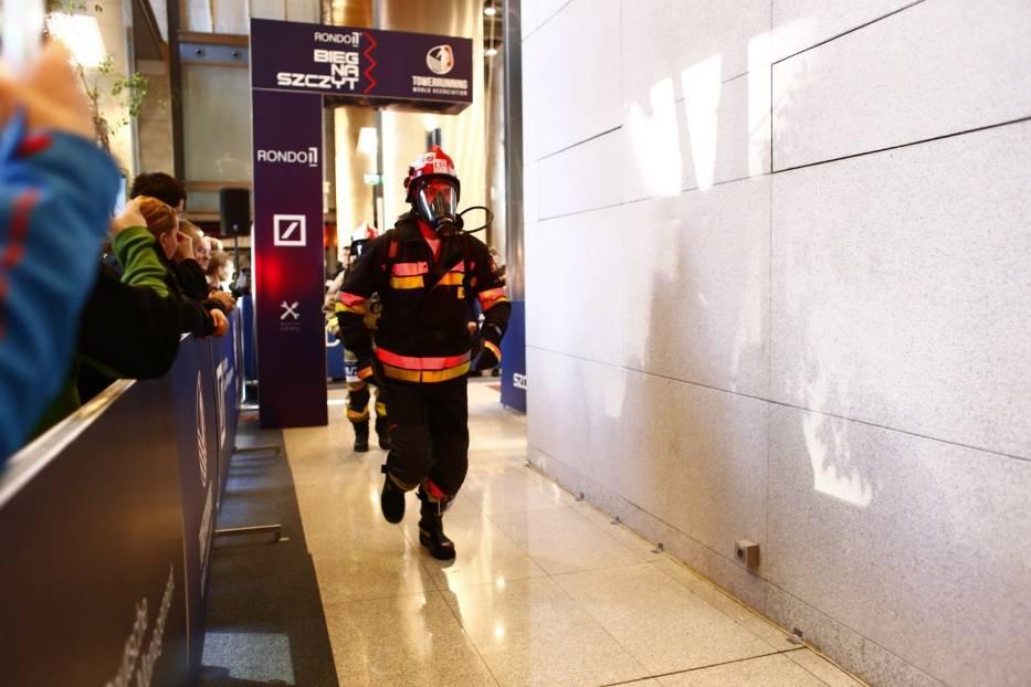 Bieg na szczyt Rondo 1 2018. Strażacy pokonali aż 38 pięter! [ZDJĘCIA CZ. 1]