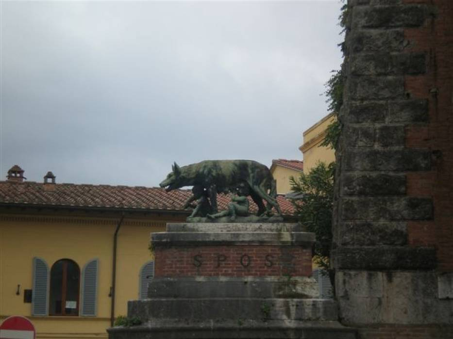 Wszechobecny w miastach włoskich symbol Italii - wilczyca karmiąca bliźniaki