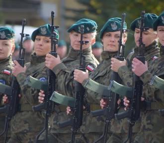 Musztra paradna pododdziału kobiet 15.Sieradzkiej Brygady Wsparcia Dowodzenia ZDJĘCIA
