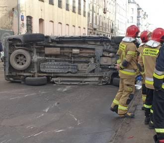 Wypadek na Polesiu. Samochód na boku ZDJĘCIA