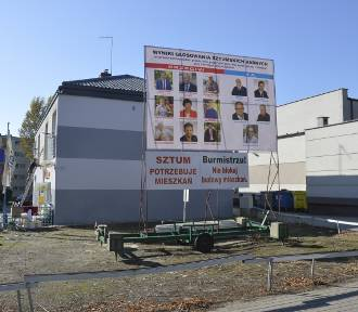 """Kolejna odsłona """"banerowej wojny"""" w Sztumie - nowe banery wiszą przy ul. Reja"""