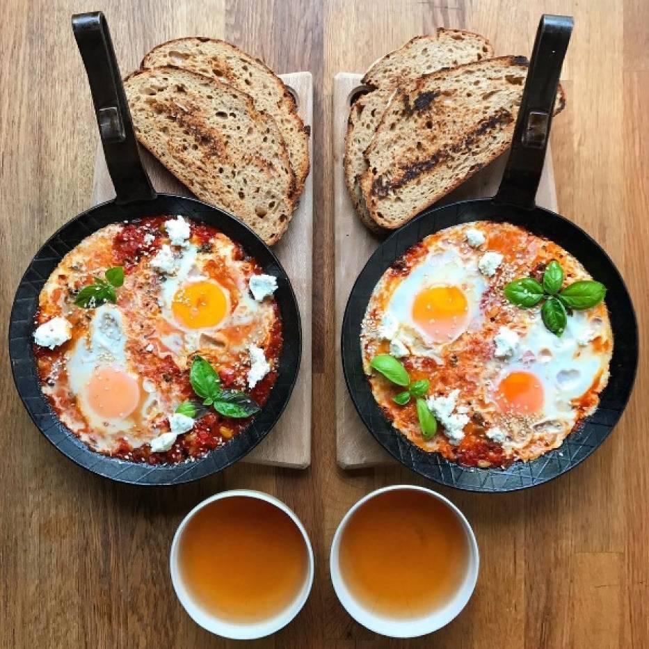 Symetryczne śniadanie: Szakszuka, tosty, herbata