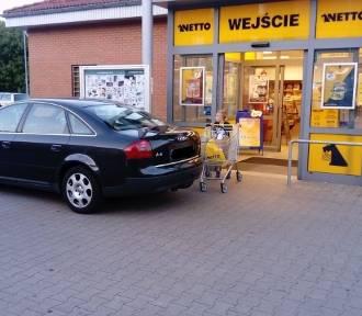 Kolejny autodrań! Ten prawie zablokował wjazd do marketu w Krośnie