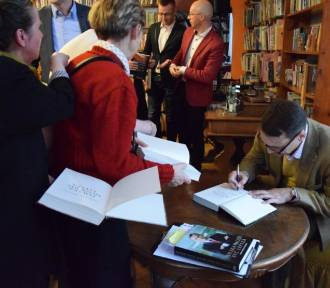 Pruszcz Gd.: Radosław Sikorski spotkał się z czytelnikami w bibliotece. Było o polityce, patriotyzmie