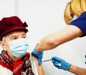 Coraz mniej chętnych na szczepienia. Czy przywileje i loteria zachęcą Polaków?