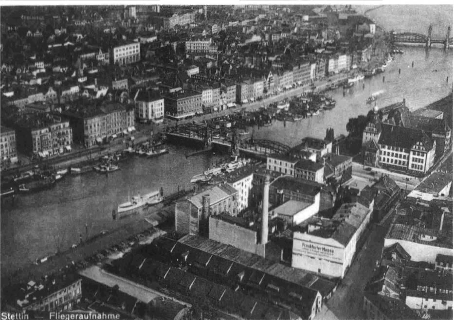 Widok z lotu ptaka na zabudowę miasta po obu stronach Odry, w rejonie mostu Długiego