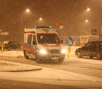 Groźny wypadek pod Nowym Sączem. Rannego kierowcę strażacy wycinali z wraku auta
