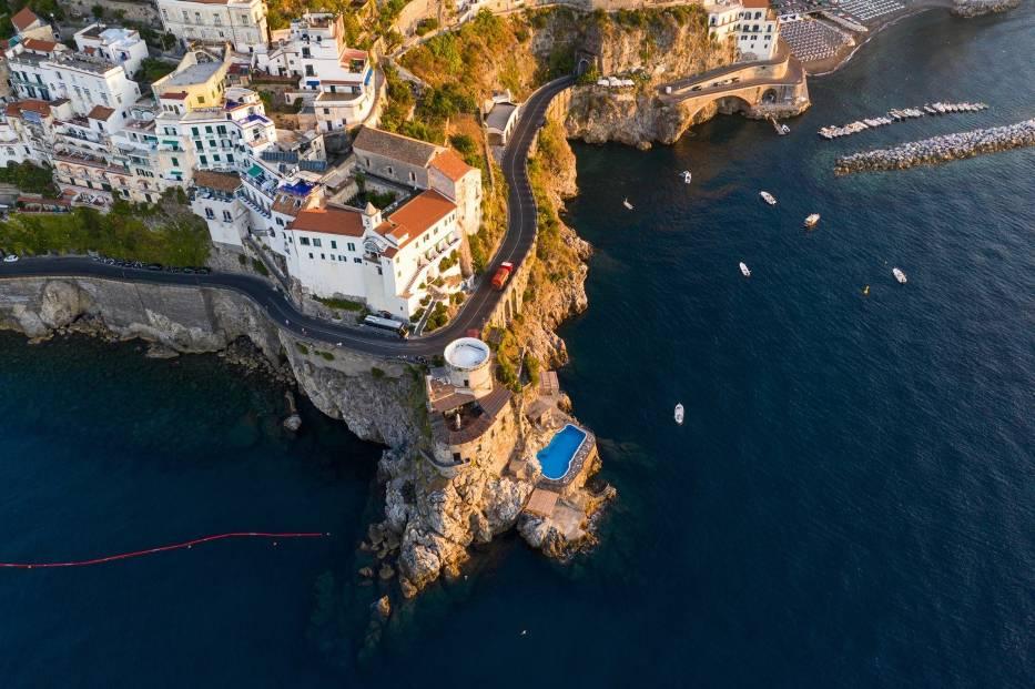 Droga nad wybrzeżem Amalfi, WłochyWłoskie wybrzeże Amalfi to jeden z bardziej popularnych kierunków turystycznych