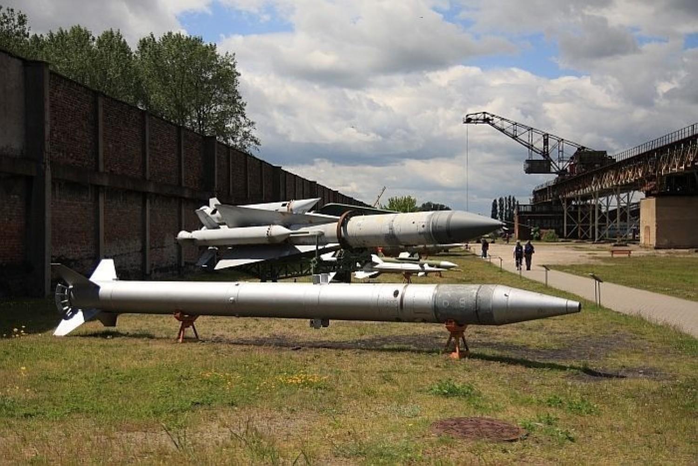 Na wystawie można obejrzeć pociski rakietowe, samoloty, śmigłowce a nawet okręty z okresu powojennego
