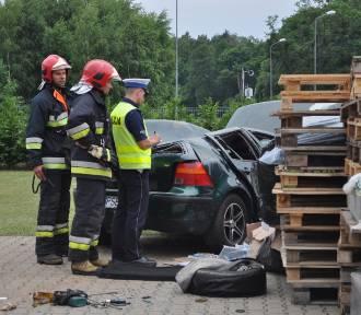 Wypadek na ul. Śremskiej w Mechlinie. VW golf staranował ogrodzenie [ZDJĘCIA]