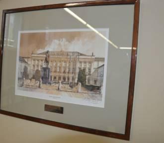 Upominek od prezydenta RP na honorowym miejscu w sali konferencyjnej Starostwa Powiatowego w
