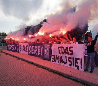 Lech - Warta: Kibice przed meczem. Odpalono m.in. race. Oto zdjęcia sprzed stadionu