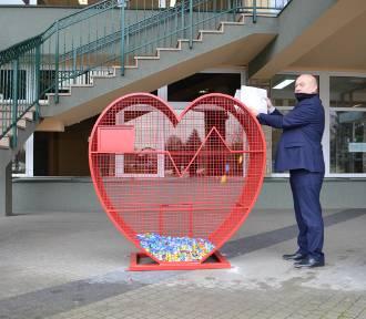 Pojemniki-serca na plastikowe nakrętki. Wrzucając je pomożesz chorym dzieciom