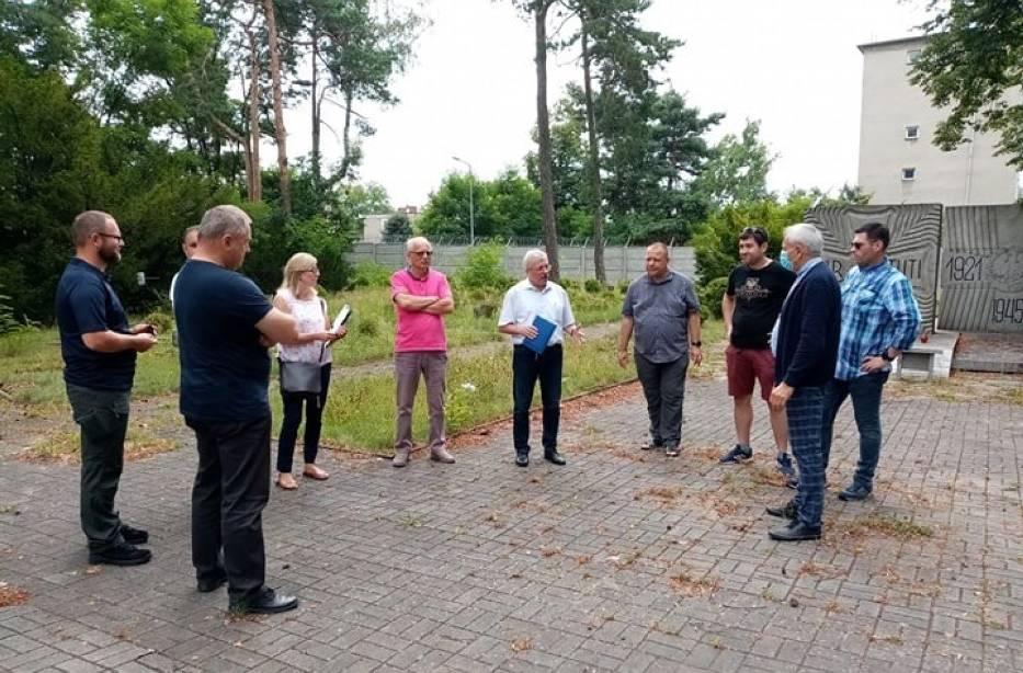 Spotkanie z udziałem środowisk lokalnych i władz Miasta Lublińca w sprawie renowacji Cmentarza Wojskowego w sierpniu 2020 roku
