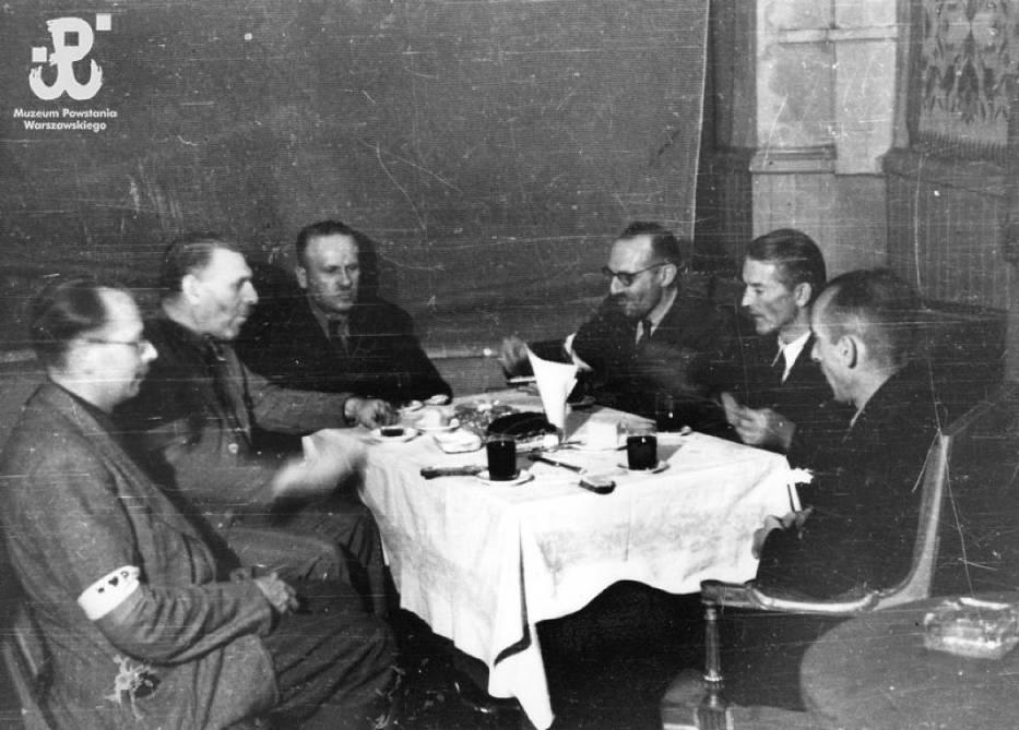 Dyskusja przy stoliku