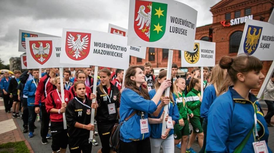 Prezentacja uczestników olimpiady podczas ceremonii otwarcia w Manufakturze