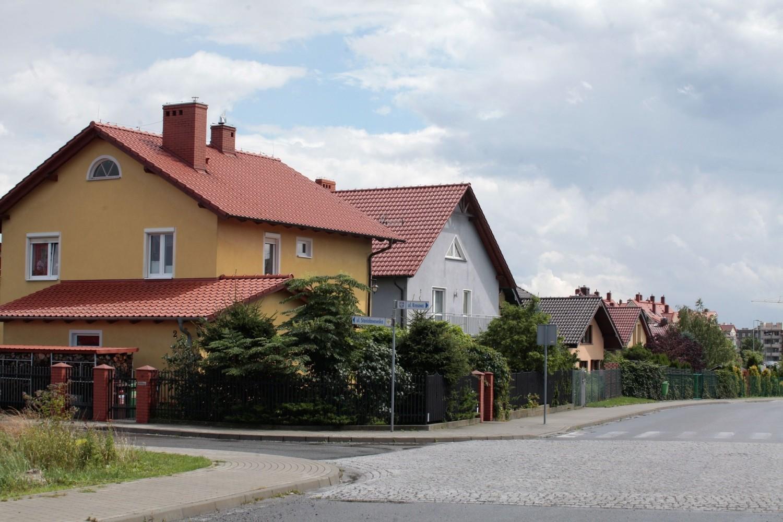 Dom wolnostojący oferuje ciszę, spokój i przestrzeń, jakich próżno by szukać w mieszkaniach