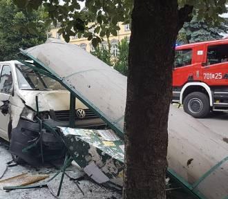 Wypadek w Żywcu. Bus uderzył w wiatę przystankową na Placu Mariackim [ZDJĘCIA]